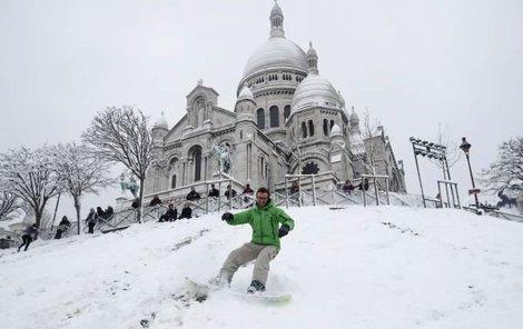Zatímco někteří si zimní nadílky užívají, francouzská metropole kvůli přívalům sněhu kolabuje.