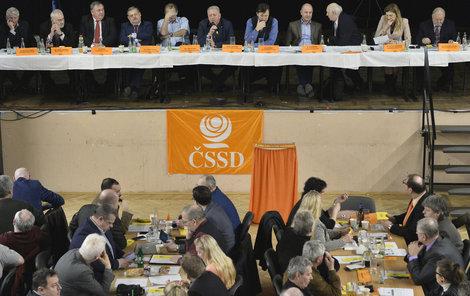 Ve vyhrocené atmosféře probíhalo včerejší jednání širšího vedení ČSSD.