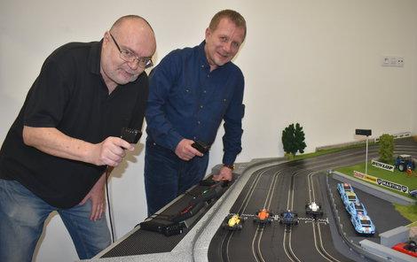Konstruktér a autor unikátní autodráhy Roman Kysela (63, vlevo) a Michal Pavlíček (56), který přišel s nápadem.