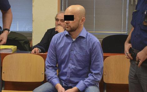 Učitele Jaroslava D., obžalovaného za sňatkové podvody, přivedla k soudu eskorta z vazební věznice