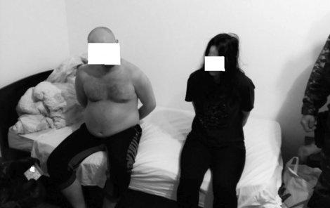 Muže (34) a ženu (29) si na letišti převzali jihočeští policisté. Podezřelý pár skončil za mřížemi.