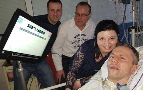 Zdeněk Mikula s novým počítačem od kolegů z jihomoravské záchranky. Díky němu může komunikovat s okolím.