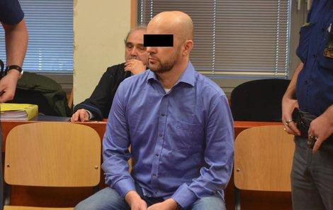 Učitele Jaroslava D. přivedla k soudu eskorta z vazební věznice.