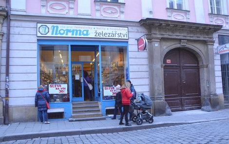 Železářství Norma sídlí v centru Olomouce v nezměněné podobě bezmála sto let. Dům nyní patří advokátovi Jiřímu Novákovi.