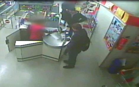 Kupují žvýkačky a jeden z mužů na pokladní mluvil a odvedl její pozornost...