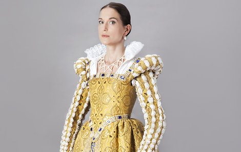 Francouzský renesanční oděv v plné kráse. Barvě zlaté se říkalo také lvová. Brokát pochází z Hedvy v Moravské Třebové.