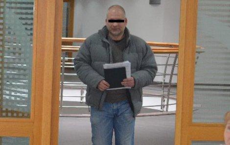 Petr S. přišel k soudu s úsměvem.
