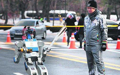Robot s pochodní jde do kolen, asi si uvědomuje důležitost situace.