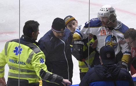 Přímo na ledě pomáhali i záchranáři s nosítky, Jaromír Jágr nakonec odjel po svých
