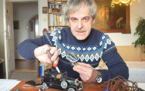 Při montování většiny dílů se Michal Widenský neobešel bez lupy.