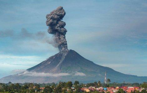 Indonéská sopka Sinabung chrlí popel do výšky 7 kilometrů