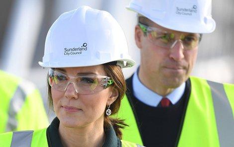 Vévodkyně Kate s princem Williamem na stavbě mostu