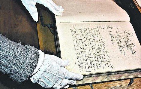 Kronika je uzavřena v sejfu, a když ji Podivínští vyjmou, tak jedině v rukavičkách