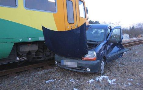 Vlak do vozu narazil v místě spolujezdce...