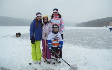 Tloušťka ledu na nádrži překročila 19 cm a sportovci mohou bezpečně vyrazit za mimořádným zážitkem.