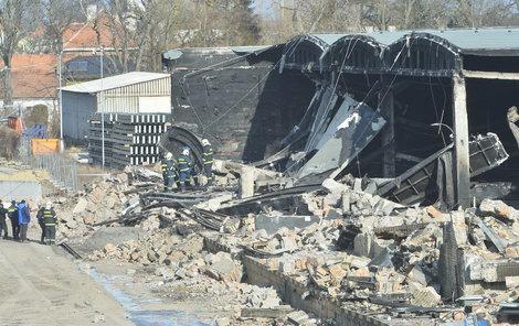 Příčina požáru haly bude známa zřejmě až za několik týdnů.