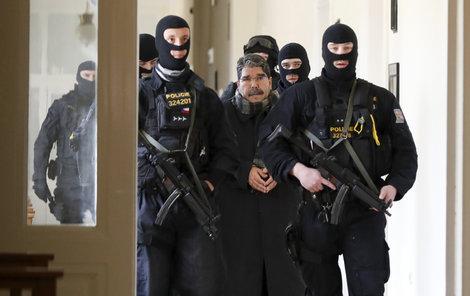 Muslima k soudu eskortovali po zuby ozbrojení policisté.