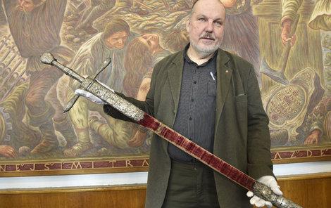 Skvost, který má pochvu potaženou sametem, ukazuje historik Karel Bartošek.