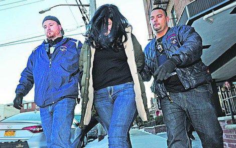 Viktoria při zatýkání.
