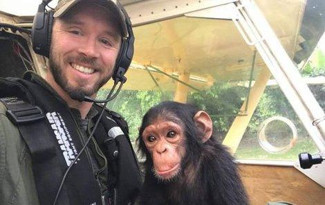 Selfie se šimpanzátkem nesmí chybět.