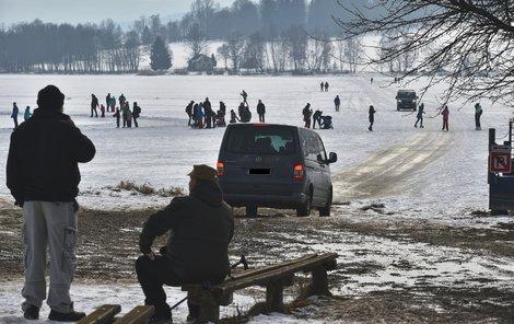 Na Lipně se bruslaři na některých místech musí vyhýbat projíždějícím autům.