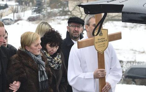 Na kříži už má datum 23. února.