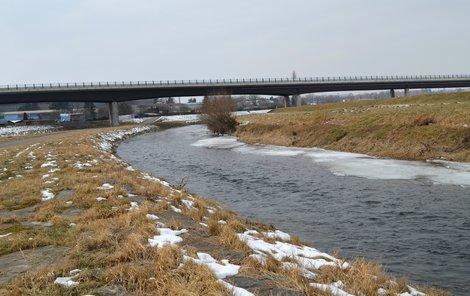 Cyklista sjel v těchto místech do řeky a začal se topit.