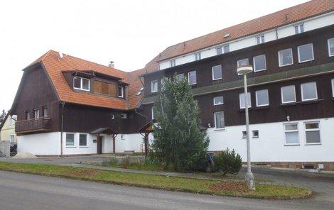 Domicil sídlil v bývalém hotelu a školicím středisku Státních lesů v Olešné na Písecku. Po odvezení pacientů rozdal ředitel zbytku personálu výpovědi.