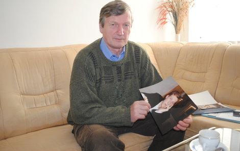 Karel Hart ukazuje fotku milovaného syna Viktora a lesknou se mu oči.