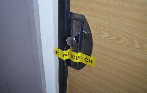 Dveře bytu policisté zapečetili.