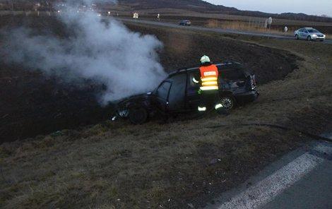 Terénní vůz poslal osobní auto mimo silnici.