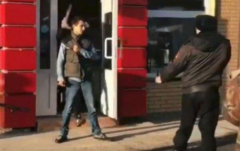 Policii pomohl muž zevnitř prodejny. Zničehonic rozrazil dveře a přetáhl násilníka po hlavě bytelným kusem dřeva.