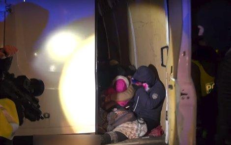 V dodávce se tísnily i děti a těhotná žena.