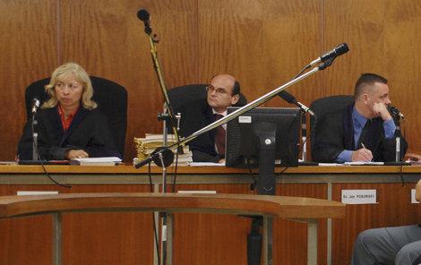 Ivan Elischer (druhý zleva) soudil případ vraždy Honzíka Rokose.