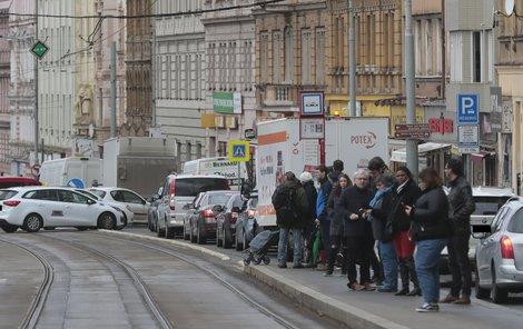 Ani po třech dnech od uzavření Husitské ulice není v okolí doprava vyřešena tak, aby lidé dojeli včas.