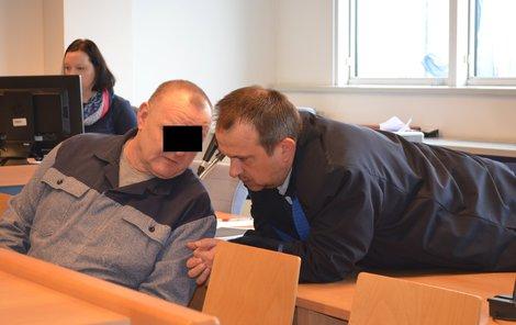 Obžalovaný Jaroslav K. se u soudu radí se svým obhájcem.