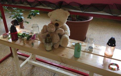 Pietní místo před třídou. Plyšového medvídka přinesli spolužáci.