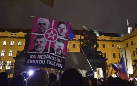 Demonstrace před Hradem připomínala rok 1989.