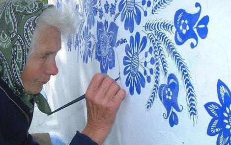 Anežka Kašpárková malovala čtyři desetiletí ornamenty na starobylou kapličku v Louce.