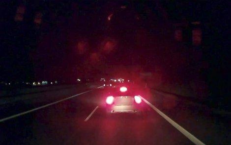 Z kabiny kamionu. Šofér nedokázal po prudkém zabrzdění řidiče volva rozjetý nákladní kolos ubrzdit. Došlo ke srážce.