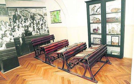 Školní třídu s dřevěnými lavicemi si jistě mnoho z nás pamatuje.
