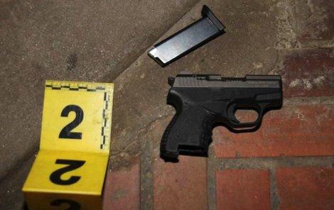 Vyšetřovatelé střelkyni zbraň zabavili. Hrozí jí až tři roky vězení.