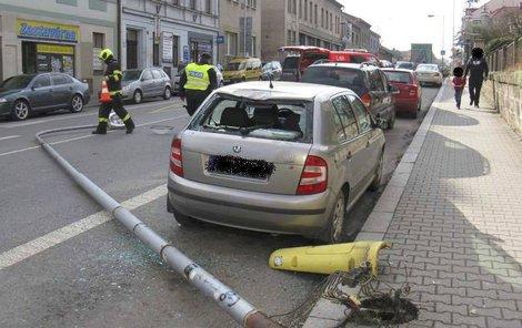 Lampa poničila zadní část auta, naštěstí při pádu nikoho nezranila.