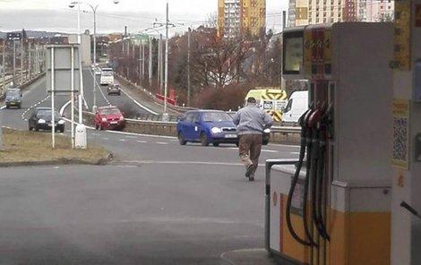 Nešťastný řidič utíká k nabouranému autu.