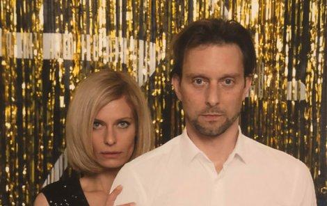 Zamilovaný pár se snažil napodobit i stejný výraz jako v 90. letech.