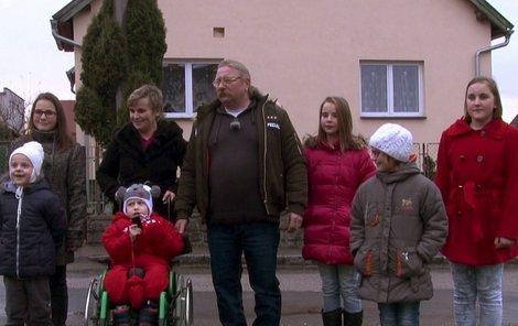 Manželé z Vrchotových Janovic má dohromady šestnáct děti, šest z nich je ještě malých.