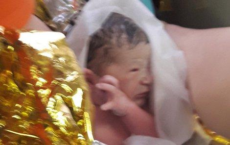 Tatínek v emocích si vyfotografoval dcerku hned po porodu.