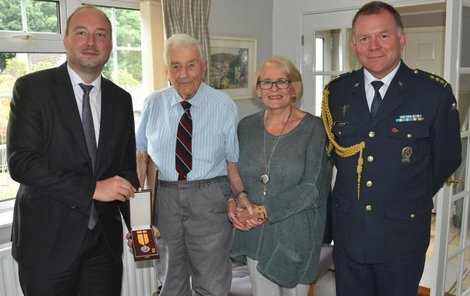 Veterán (druhý vlevo) s manželkou Rosemary při předání Medaile za hrdinství.