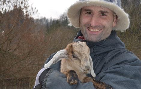 Martin Vlček (36) s kůzlátkem.