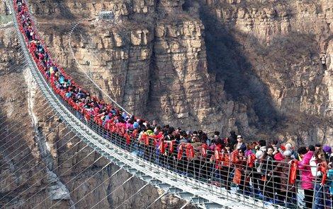Most je složen z 1077 panelů skla tlustého jen 3,8 cm.